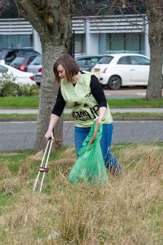 Cllr Natalie Don litter picking